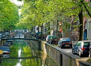 Autosloperij Amsterdam haalt ook sloopauto's op in de het centrum van Amsterdam en langs de grachten