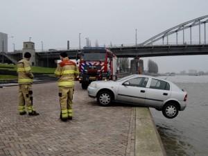 Autosloperij Arnhem aan het werk tijdens het ophalen van een sloopauto die te water was geraakt