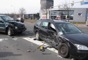 Autosloperij Assen aan het werkt met schadeauto's die opgehaald moeten worden