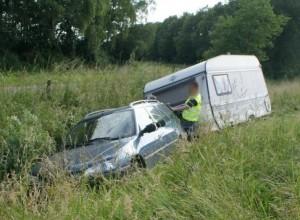 Autosloperij Doetinchem sleept een gestrande sloopauto met caravan